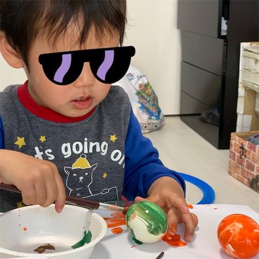 卵に筆で色を塗る2歳児