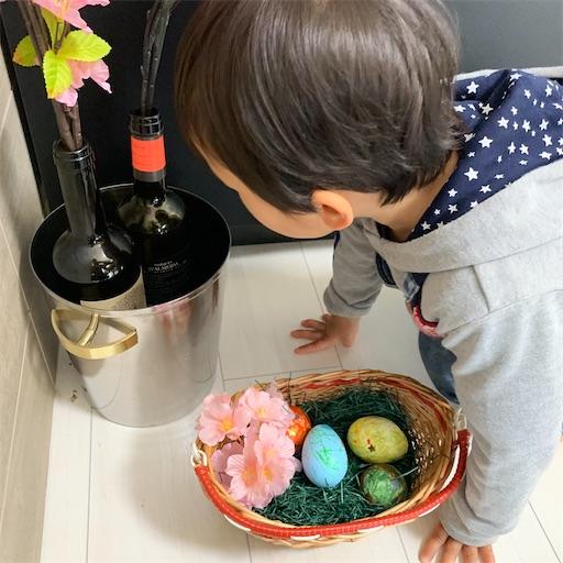 イースターエッグを探す2歳児