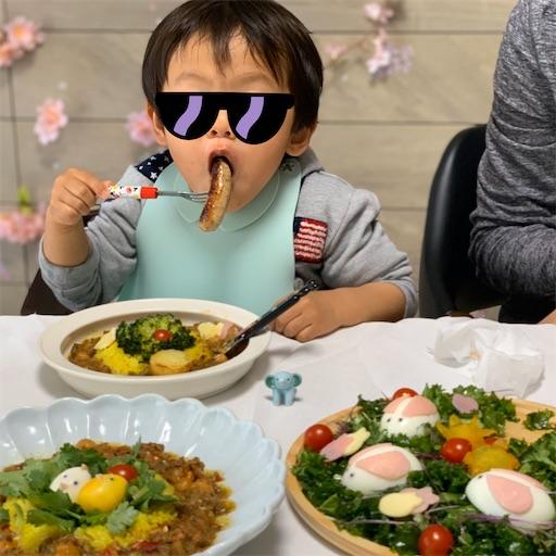 ラムソーセージを食べる2歳児