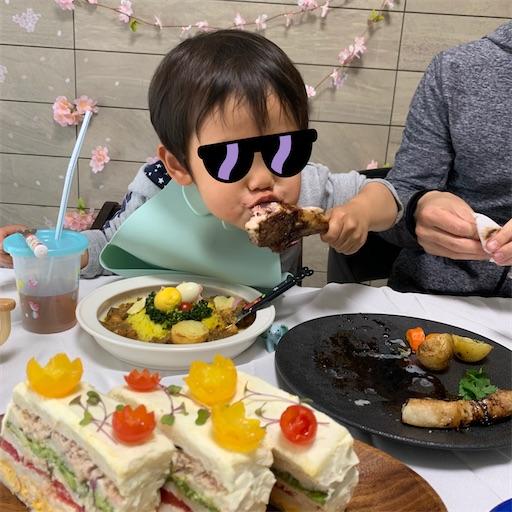 ラムチョップを食べる2歳児