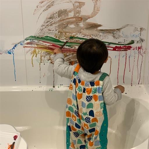 壁に絵を描く2歳児