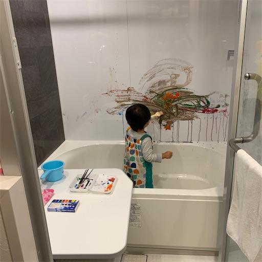 お風呂場で絵の具遊び