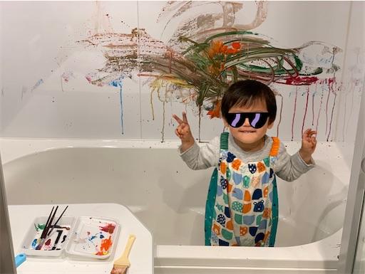 お風呂アートを前に微笑む2歳児