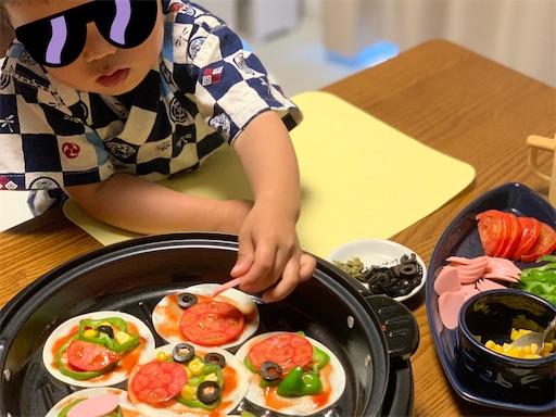 餃子の皮でピザを作る2歳児