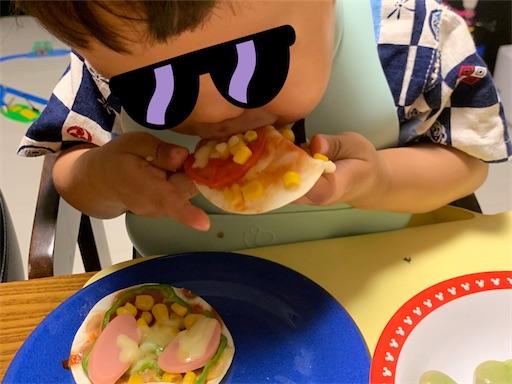 餃子の皮ピザを食べる子ども