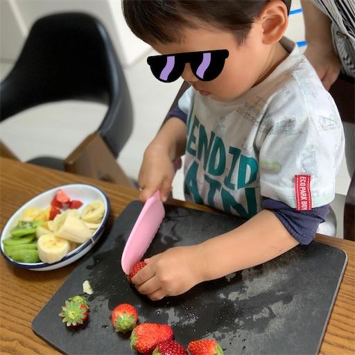 包丁を使う2歳児