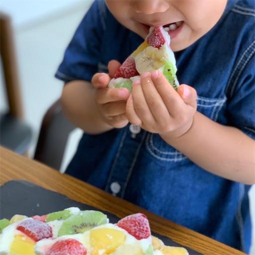 ヨーグルトバークを食べる子ども