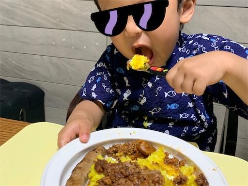 ターメックライスを食べる2歳児