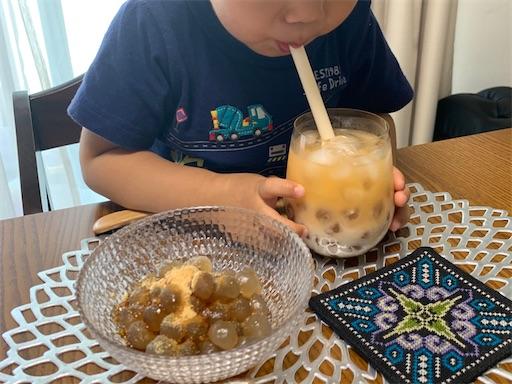 自分で作ったタピオカスイーツを食べる2歳児