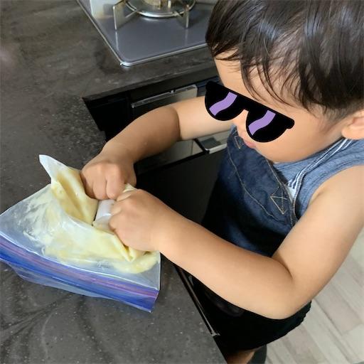 バナナ餅を作る2歳児