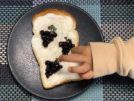 ブルーベリージャムでぶどうのトーストアート