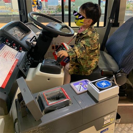 京急バスの運転席