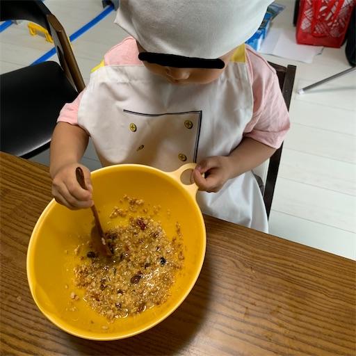 ビスコッティを作る3歳児