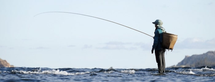 挿絵(魚釣りをする漁師)