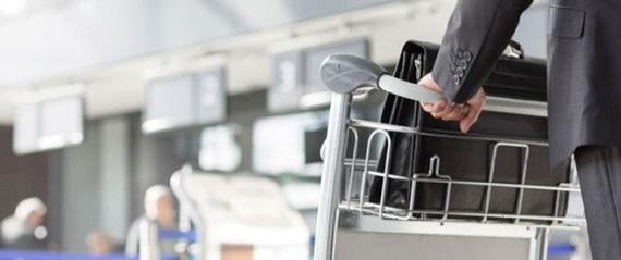 空港でチェックインするサラリーマン