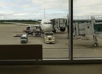 空港待合室から見た飛行機