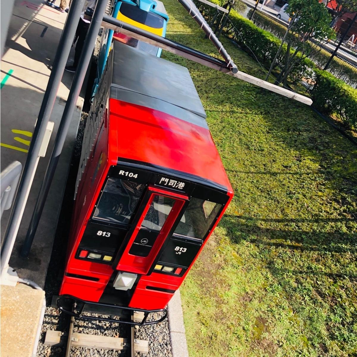 813系近郊型列車のミニ列車を上から撮影した写真