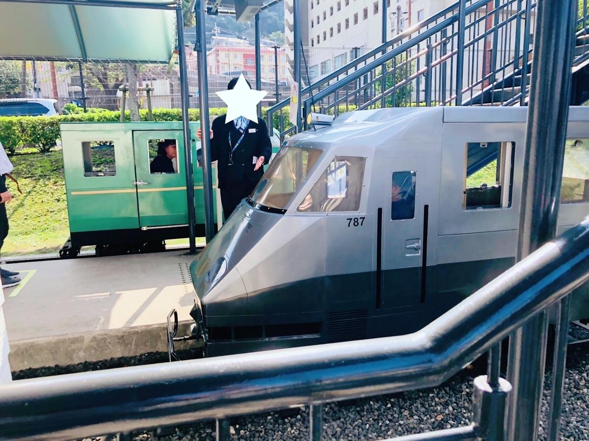 奥は72系ゆふいんの森のミニ列車、手前は787系つばめのミニ列車を撮影した写真