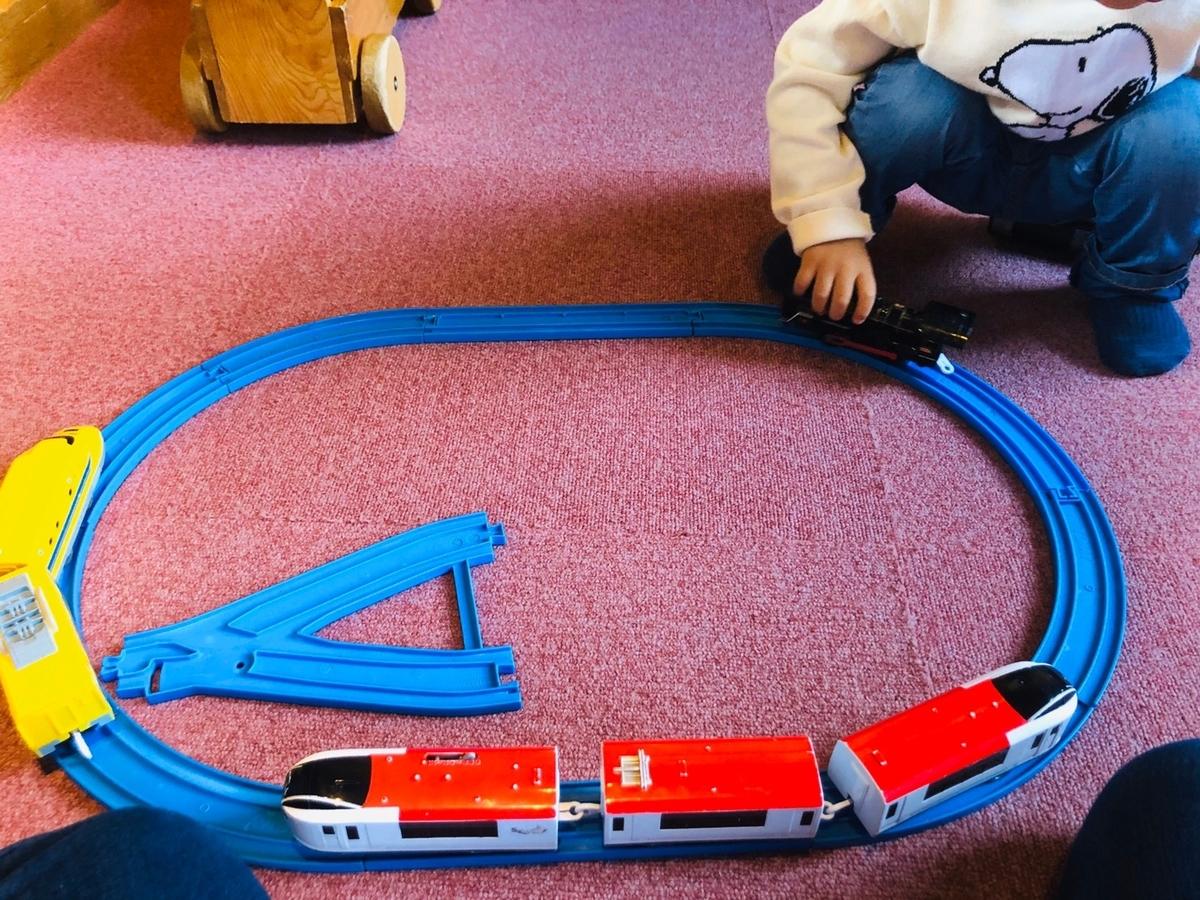 キッズルームのおもちゃで遊んでいる様子を上から撮影した写真