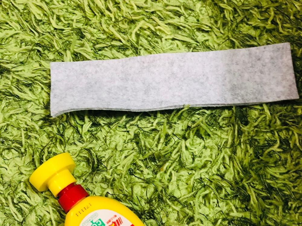 ボンドで貼り合わせたフェルトとボンドを並べて撮影した写真