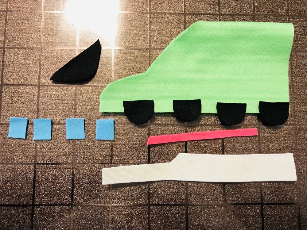 新幹線デザインのフェルトの部品を上から撮影した写真