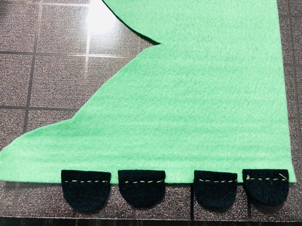 車輪を縫い付けたフェルトを撮影した写真