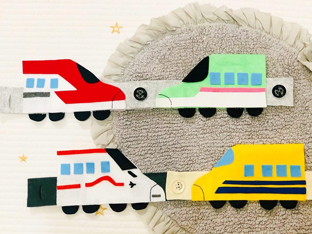 完成した4つの新幹線のボタン付けのおもちゃを撮影した写真