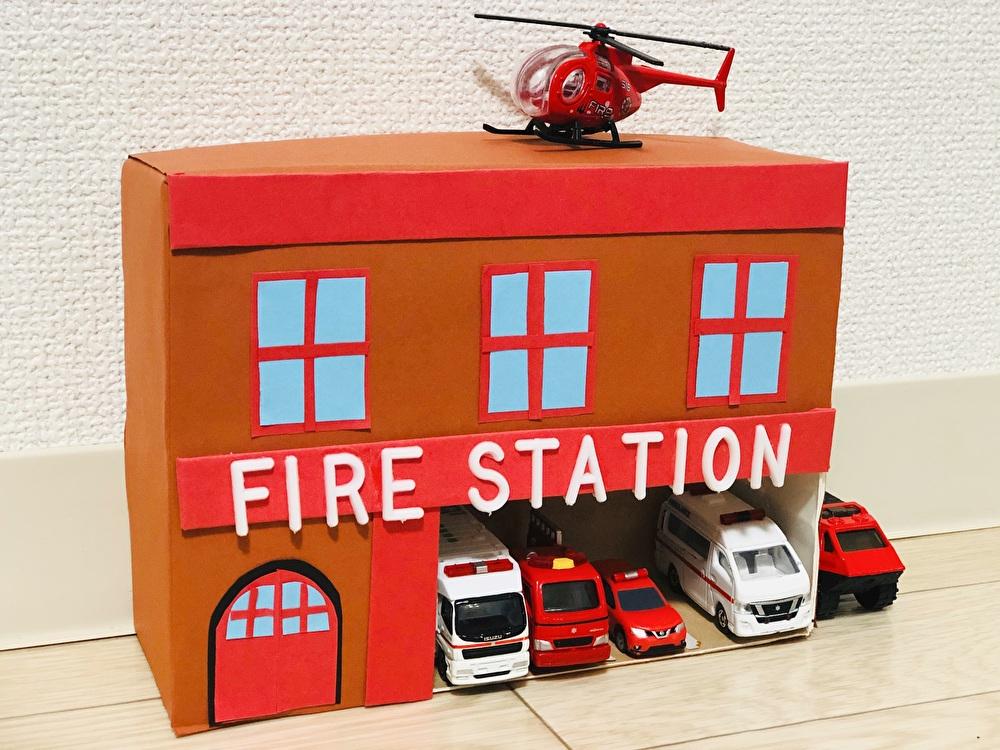 牛乳パックで作った『消防署』を正面から撮影した写真