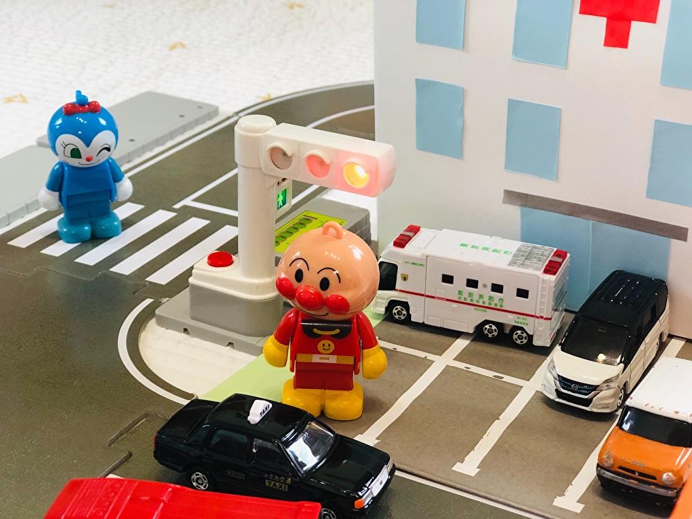 ミニカーや人形と一緒に遊べる『病院』を正面から撮影した写真