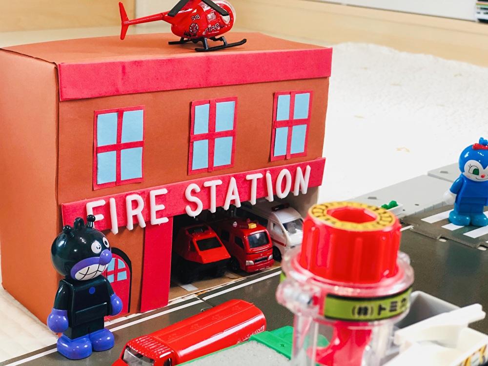 沢山の消防車両を収納した『消防署』を正面から撮影した写真