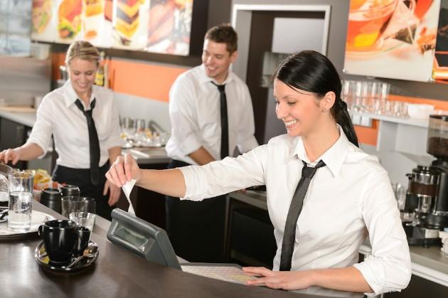 大学生が飲食店でアルバイトをしている画像です