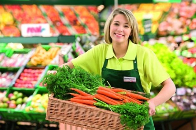 大学生がスーパーでアルバイトをしている画像です