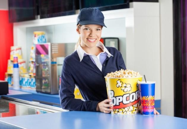 大学生が映画館でアルバイトをしている画像です