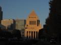 朝日に輝く国会議事堂
