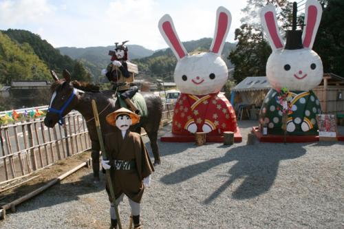 奈良・高取町 ゴールでのお迎えは、騎馬の将軍とジャンボウサギ