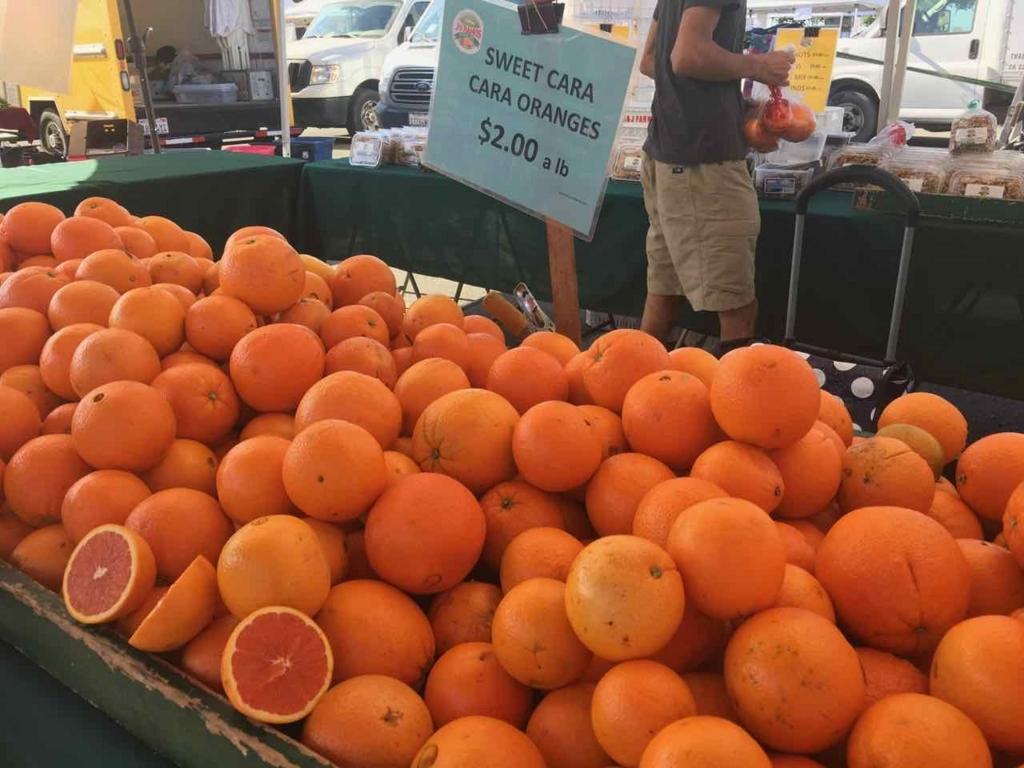 ファーマーズマーケットで売っているオレンジ