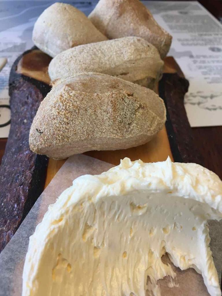 つけあわせのパンとバター