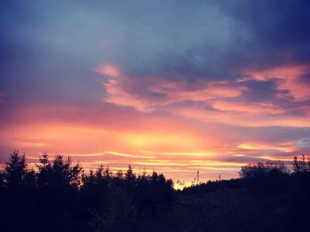 アイスランドで撮影した深夜24時の夕焼け