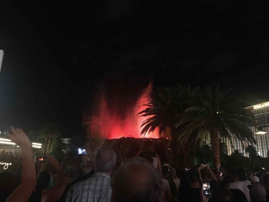 夜間行なわれるミラージュの火山噴火ショー