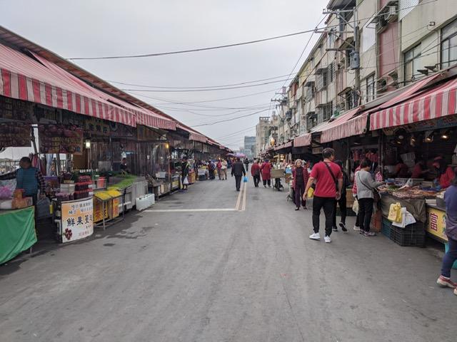 台湾の京都「台南」なら、「興達港観光漁市」にカラスミ屋さんが並んでいます。