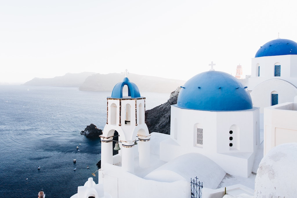 青と白が印象的なサントリーニ島が穴場観光地としてランクインしていました