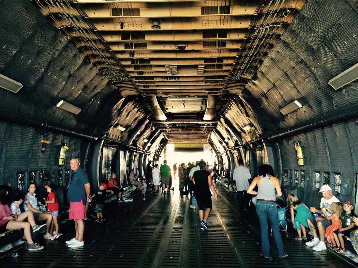 空軍サンダーバーズの航空ショーの展示場の様子