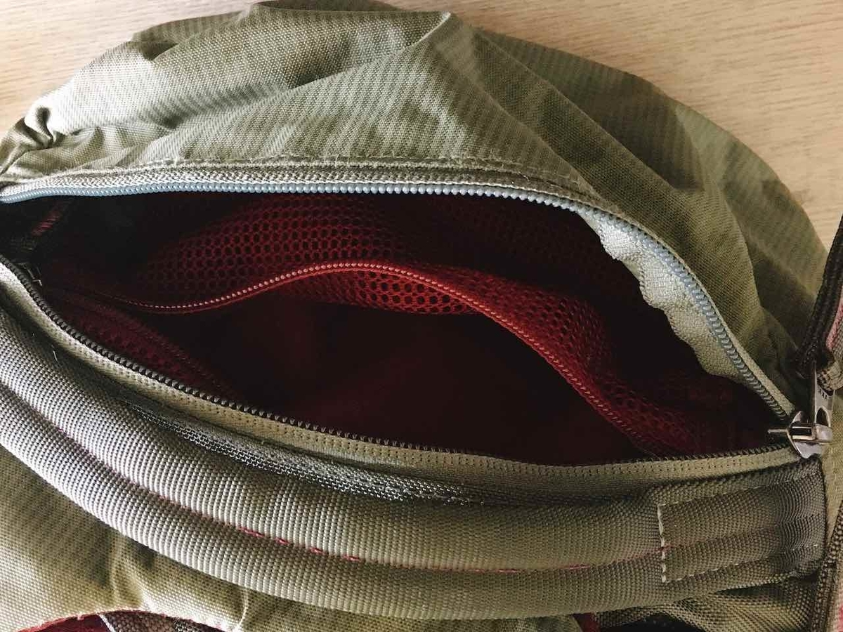 グレゴリー コンパス40の小物を入れるのに便利な上部ポケット