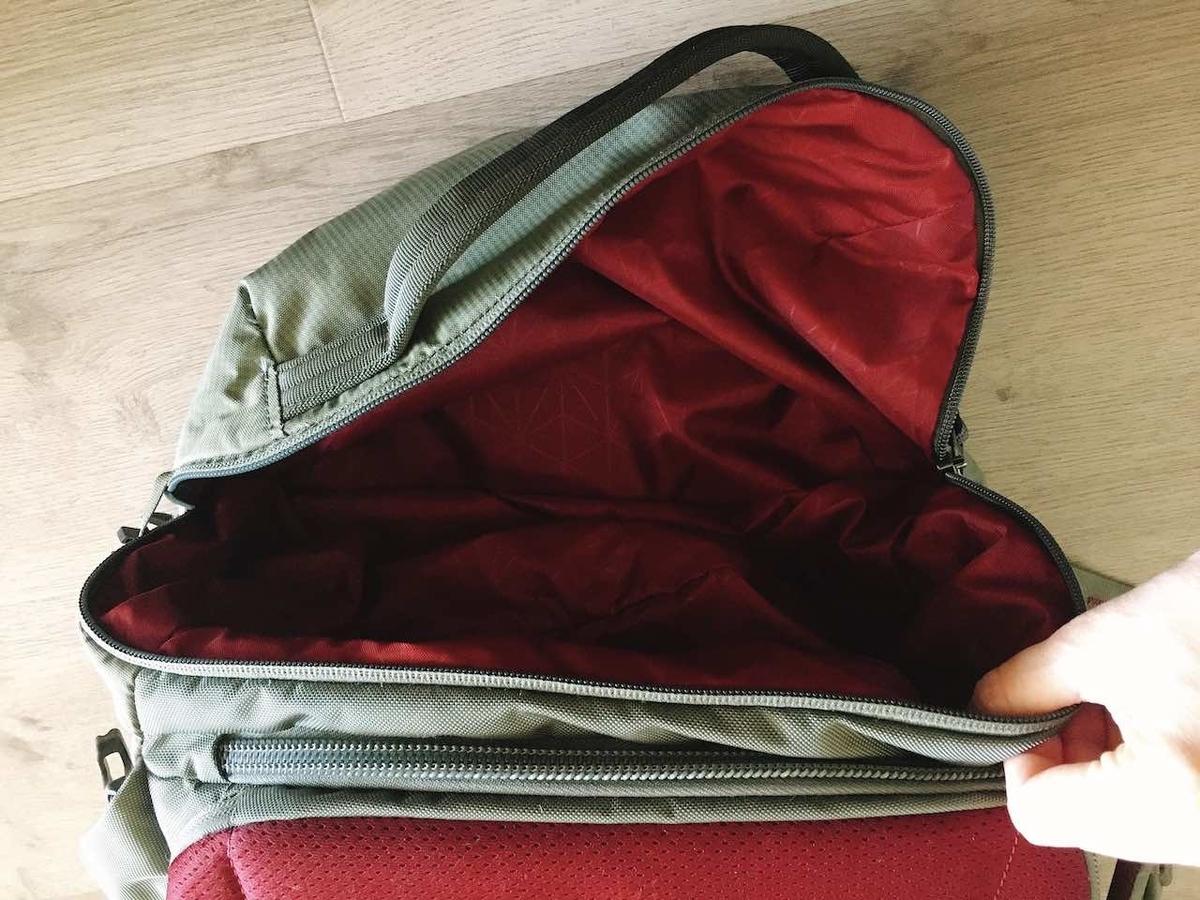 グレゴリーコンパス40 草履や洗濯物を入れるのに便利な下部ポケット