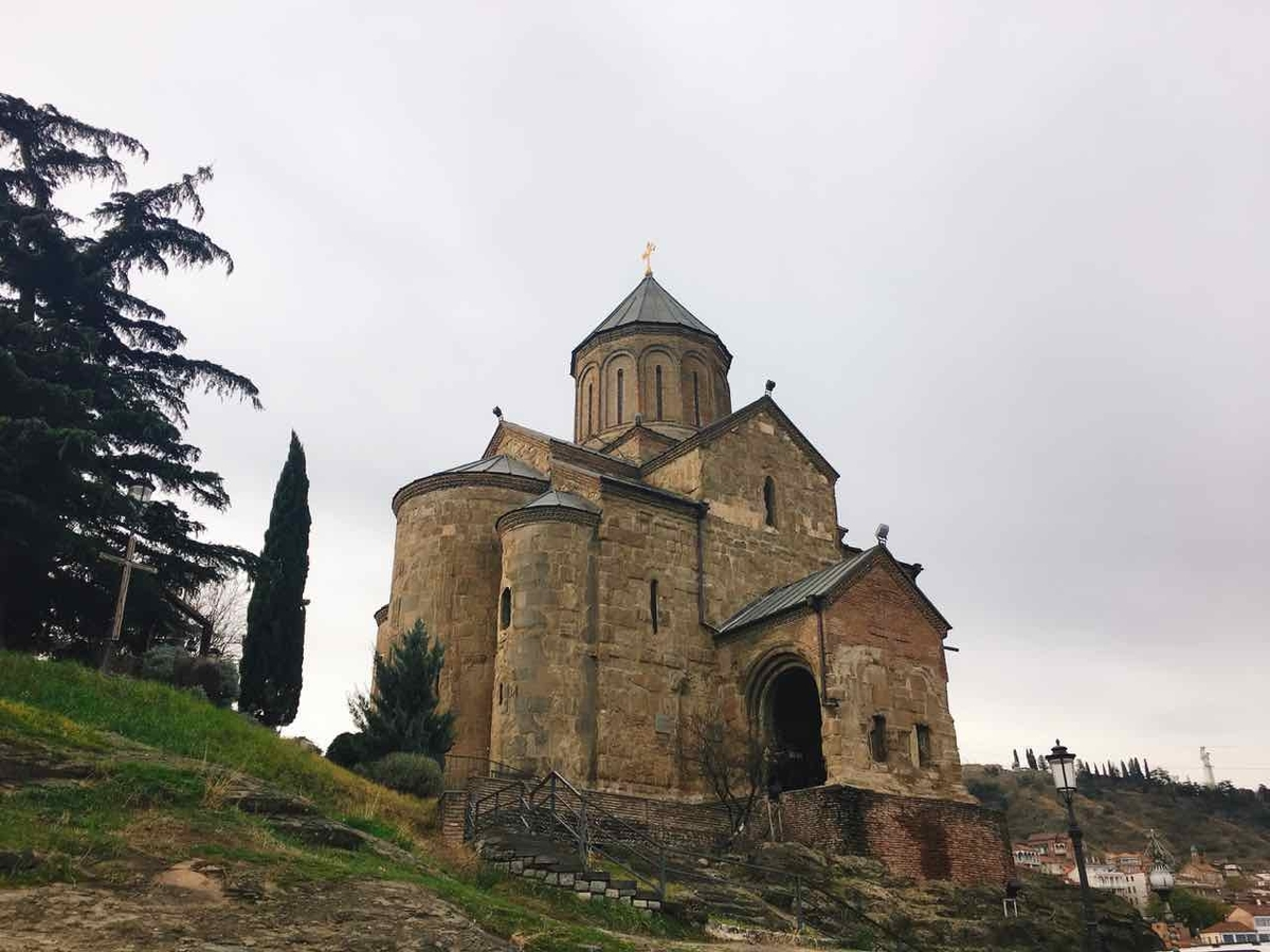 ジョージア旧市街のシンボル「メテヒ教会」