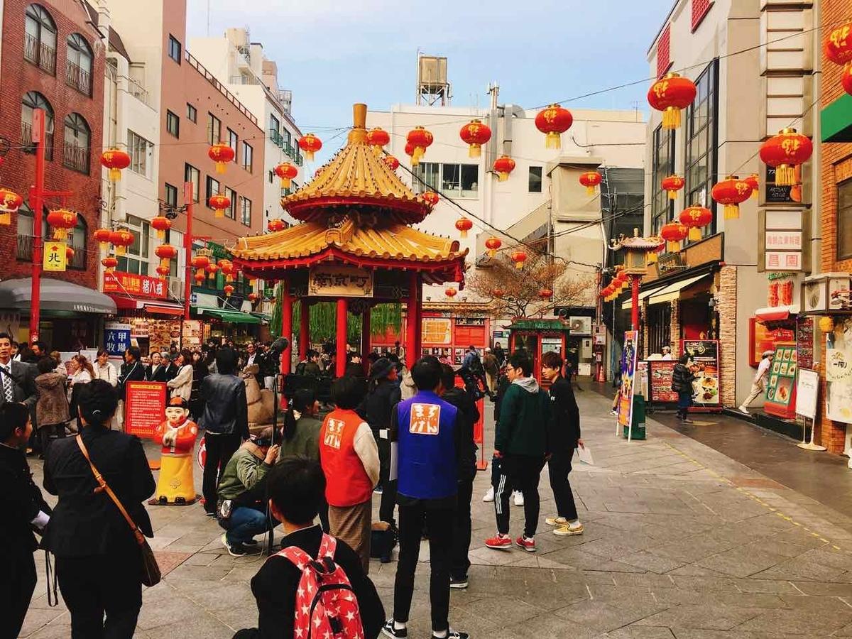 南京町の中央にある南京町広場のお金の神様「小財神」