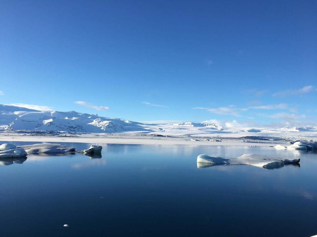 冬のヨークルスアゥルロゥン氷河湖