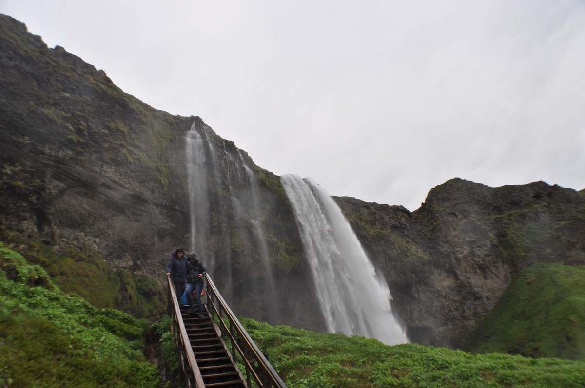 滝の裏側に行ける!アイスランドのセリャラントスフォス