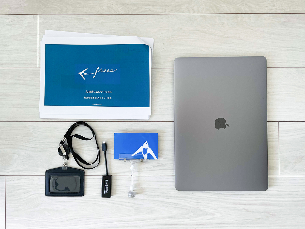 MacbookPro、入社資料、ビルカード、アダプタ、ネームカードの画像