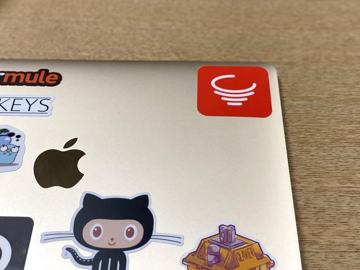 Macbook に uzu42 のロゴステッカーが貼られている画像